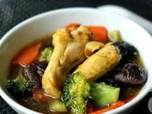 Thịt gà hầm thuốc bắc là một món ăn chữa rối loạn tiền đình