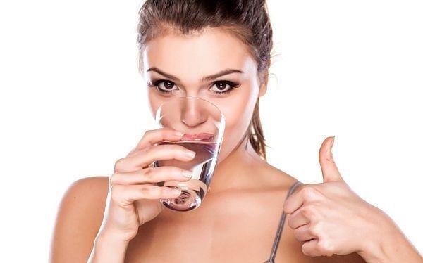 Người bệnh huyết áp thấp nên uống đủ nước