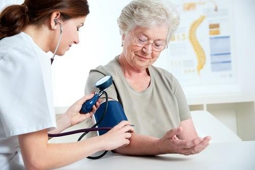 Điều trị huyết áp thấp cần bệnh nhân theo dõi thường xuyên